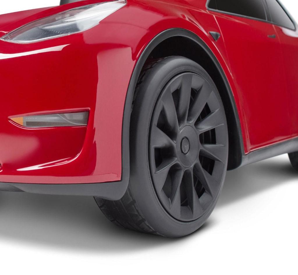Gummireifen und schwarze Felgen des Rutschauto Tesla Model Y